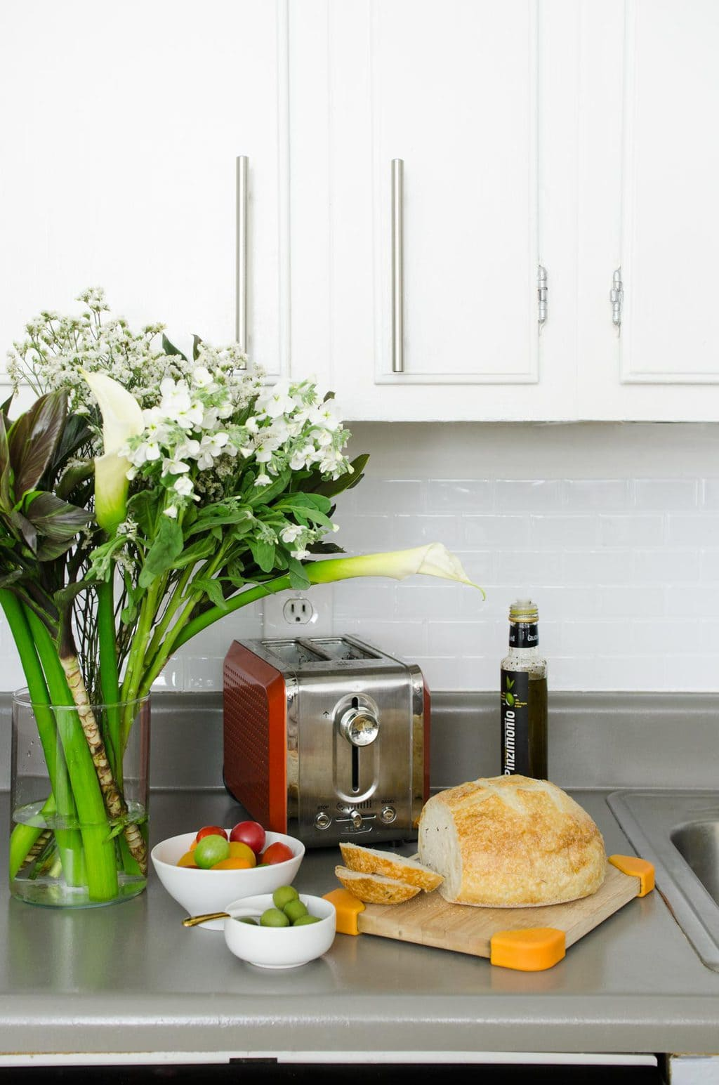 Easy and inexpensive rental kitchen makeover on @thouswellblog