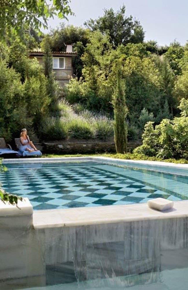 Checkerboard tile swimming pool design inspiration and garden via Thou Swell #swimmingpool #poolinspiration #outdoorpool #pooldesign #pool