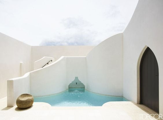 Moroccan swimming pool design inspiration and garden via Thou Swell #swimmingpool #poolinspiration #outdoorpool #pooldesign #pool