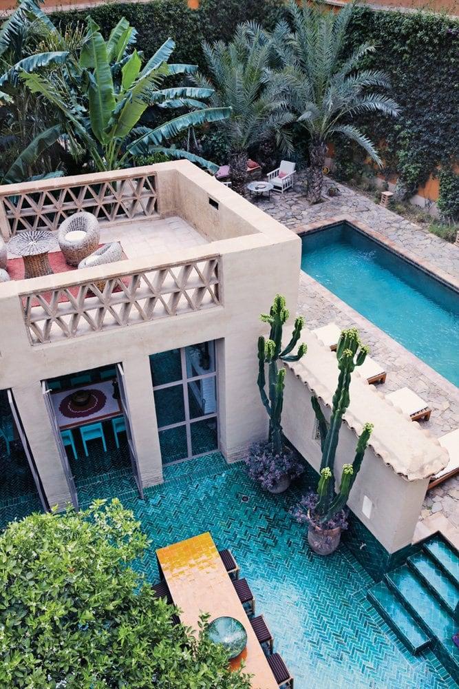 Lush swimming pool design inspiration and garden via Thou Swell #swimmingpool #poolinspiration #outdoorpool #pooldesign #pool