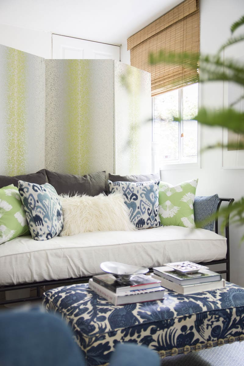 Rental decorating tips for a blue and blue guest room with daybed on Thou Swell