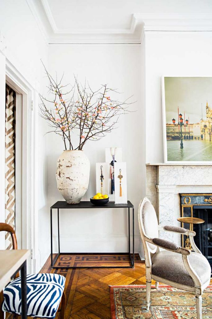 A manhattan pied terre full of masterful vignettes for Pied a terre manhattan
