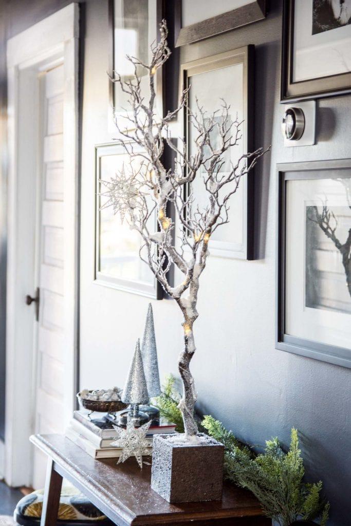 Monochrome holiday entryway decorating on Thou Swell @thouswellblog