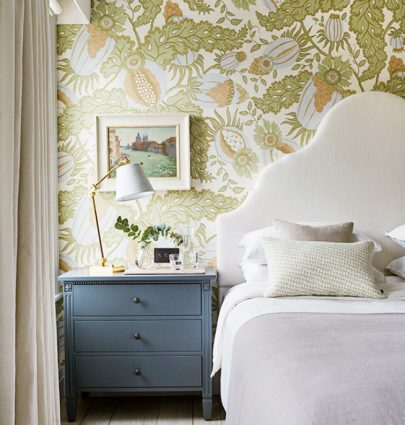 London townhouse bedroom with floral wallpaper on Thou Swell @thouswellblog